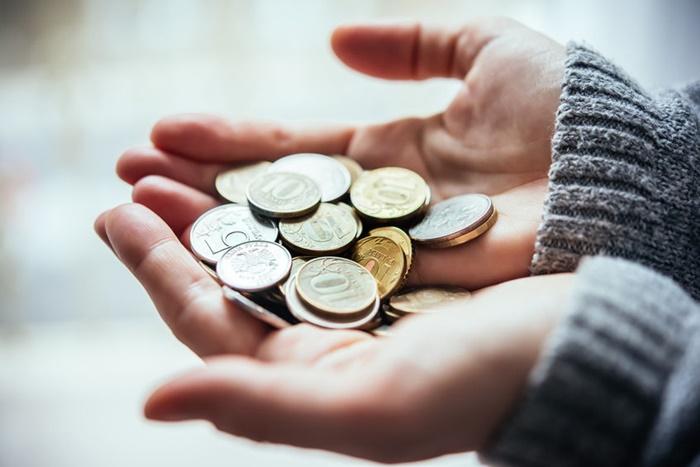 手のひらの上の小銭