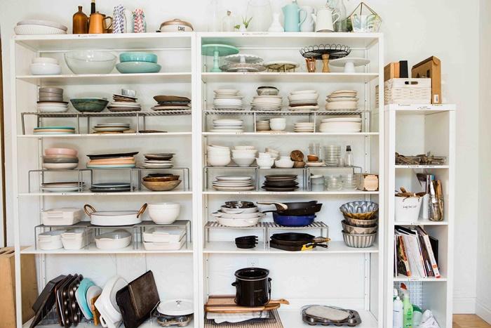 食器がいっぱいある食器棚