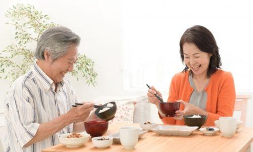 食事をするシニアの夫婦