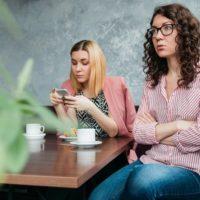 カフェにいる2人の若い女性