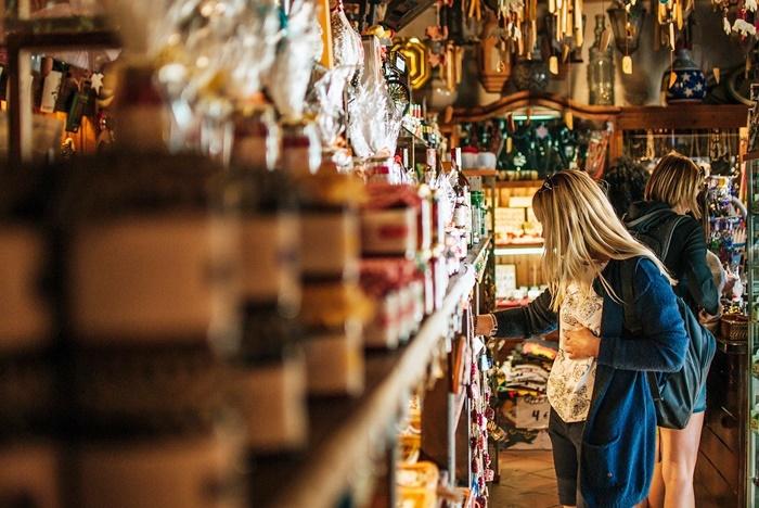 雑貨屋で買い物する女性