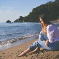 海岸にいる女性