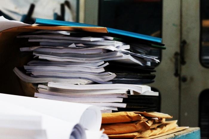 積み重なった書類