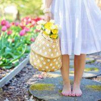 裸足で花を持つ人