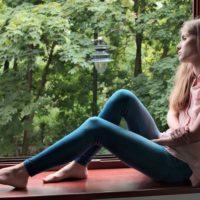 窓辺に座る少女