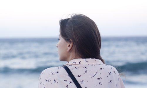 海を見る若い女性