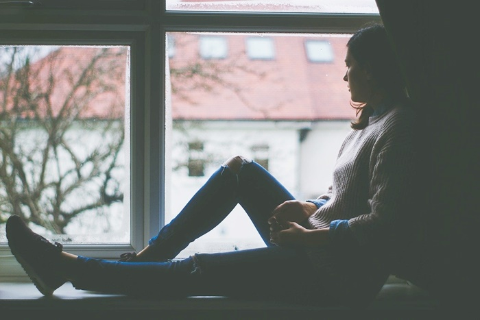 窓際に座る人