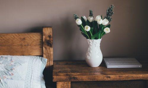 ベッドサイドにおいた白い花瓶