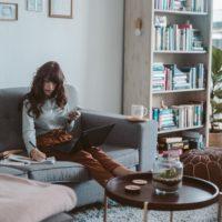 自宅で仕事中の女性