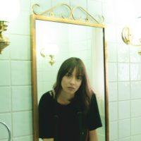 鏡を見る若い女性