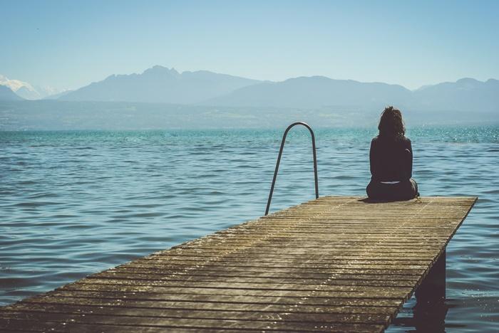 湖でたたずむ人