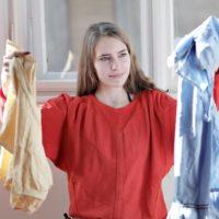 服をチェックしている若い女性