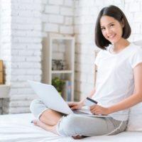 オンラインショッピングしている若い女性