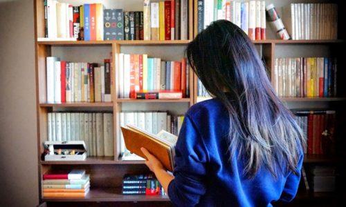 本箱の前にいる女性
