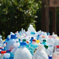 プラスチックのボトル