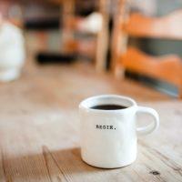 素朴なマグに入ったコーヒー