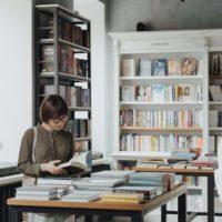 本屋にいる人