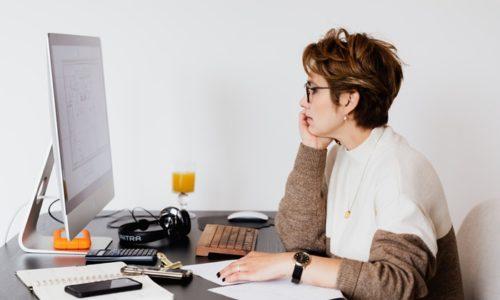 仕事で忙しい女性