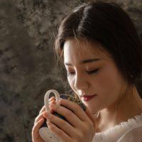 静かにお茶を飲んでいる女性