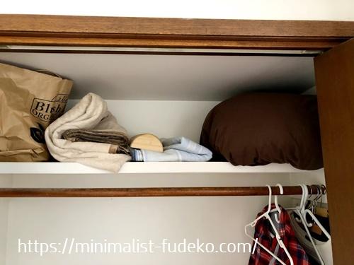クローゼットの棚に入れた寝具