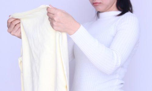 服をチェックしている女性