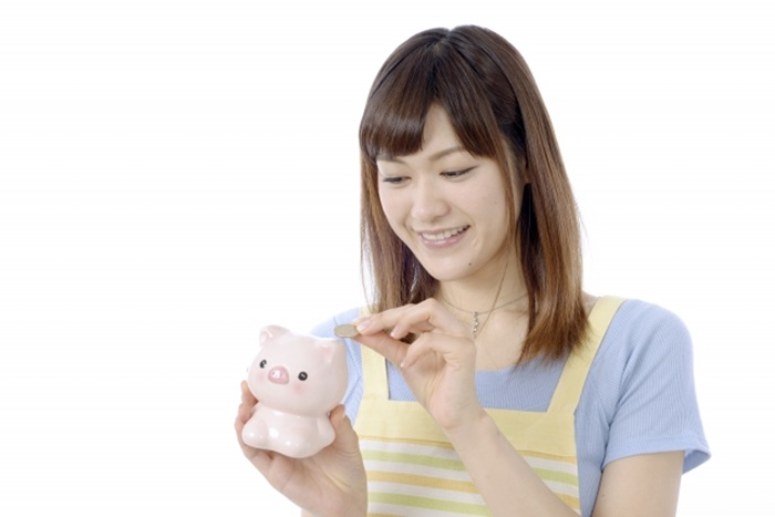貯金する主婦