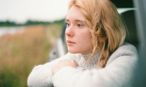 考えごとをしている若い女性