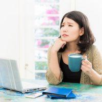 パソコンの前で心配する女性