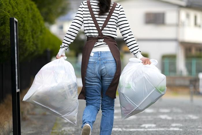 ゴミを出す女性