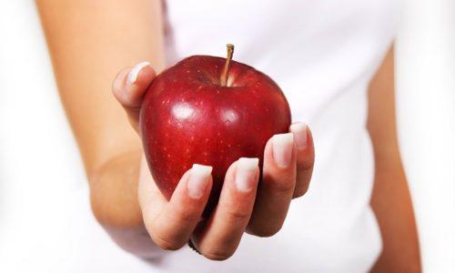 りんごを持つ手