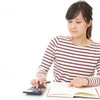 お金の計算をしている若い女性