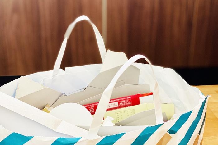 紙袋に入れた資源ごみ