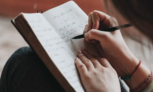 手帳に目標を書いている人