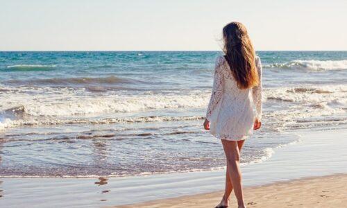 海岸にいる若い女性