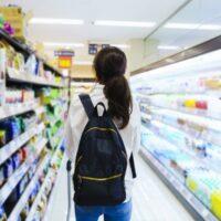 スーパーで買い物する女性