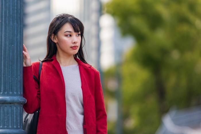 赤いコートを着た女性