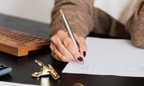 ノートに何か書いている手