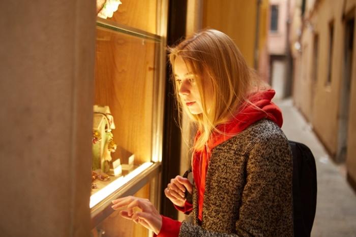 ウインドウショッピングする女性