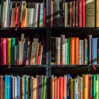 本がいっぱいの書棚