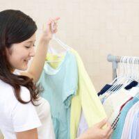 服を選んでいる女性