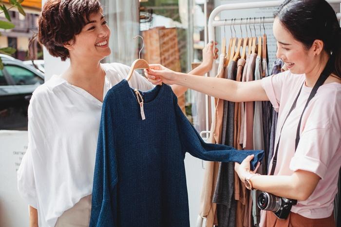 服の買い物をしている女性