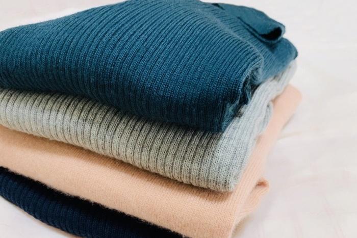 重ねたセーター