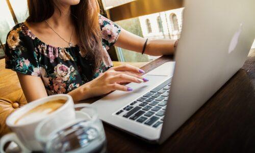 パソコンに向かっている女性