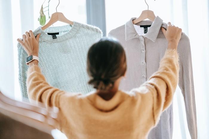 服をチェックする女性