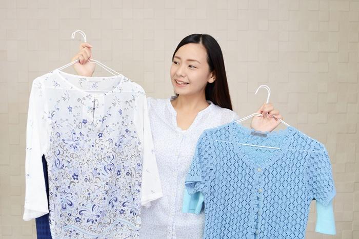 洋服を選んでいる女性