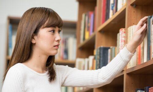 図書館にいる女性