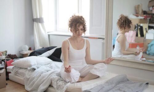 汚部屋で瞑想する女性