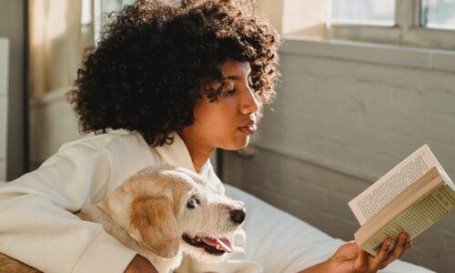 リラックスして読書する女性