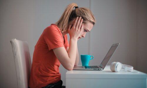 パソコンの画面を見る若い女性