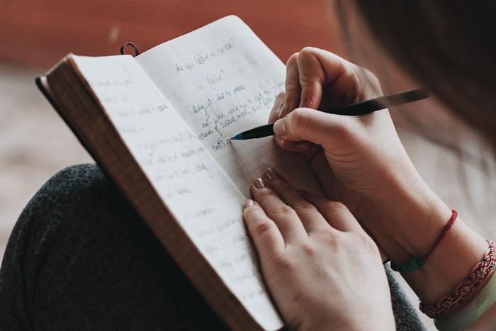 何か書いているところ